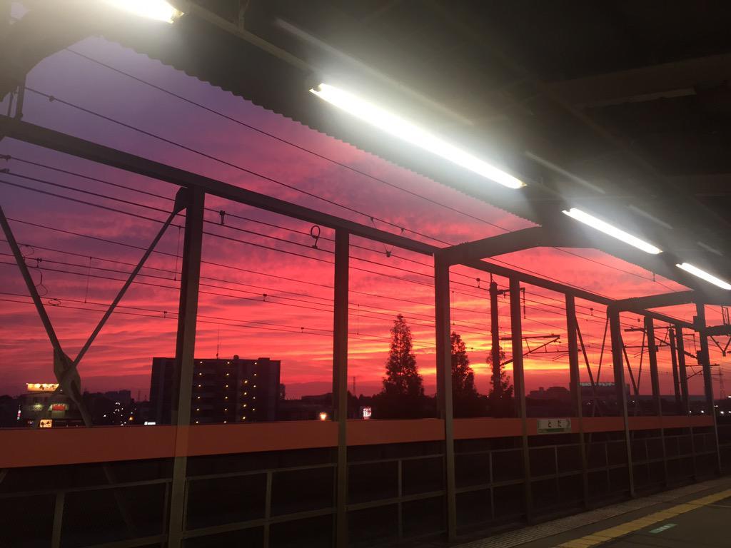 夕暮れがどんどんすごい感じになってゆく。 http://t.co/yDRmFheyej