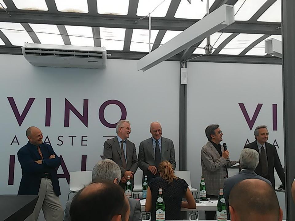 RT @SaraLeone92: Al padiglione del vino di palazzo Italia per scoprire il futuro della viticoltura! #Expo2015 #gNeLab http://t.co/pxTGZ4RJ4R