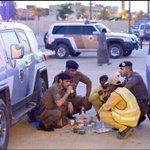 صورة معبرة لافطار جمع رجال أمن مع عمال نظافة #غرد_بصورة #رمضان_يجمعنا #رمضان http://t.co/LmvowvSxp9