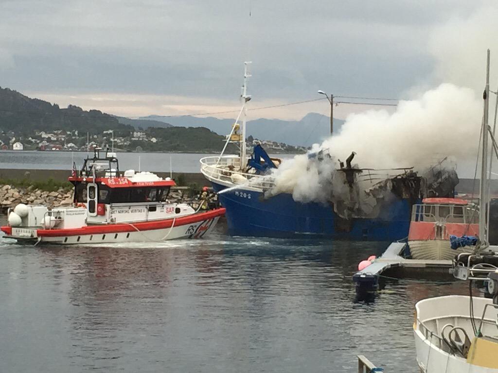 #Ålesund: #Redningsskøyta Det Norske Veritas 2. Slukker brann i Gjerdehavna på Giske. http://t.co/vjCv93SkKu