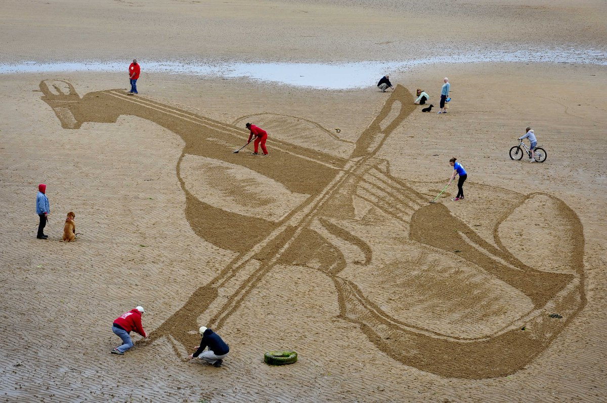 '@sandinyoureye created a violin on Elie beach, Fife today to celebrate start of @eastneukfest http://t.co/QEECjHHooG http://t.co/3zMeMzIpZo