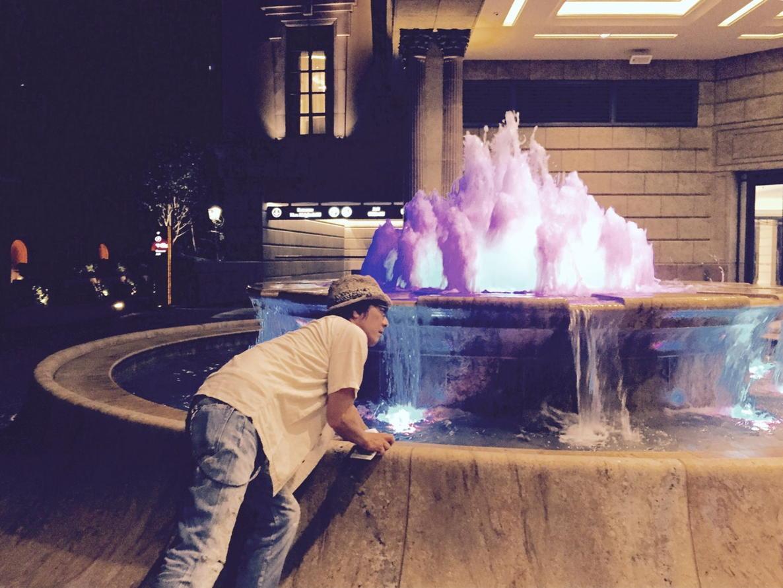 Hotelの噴水に興味深々、手を入れてフムフムの山崎まさよしクン。 http://t.co/CHyNmT4AZ2