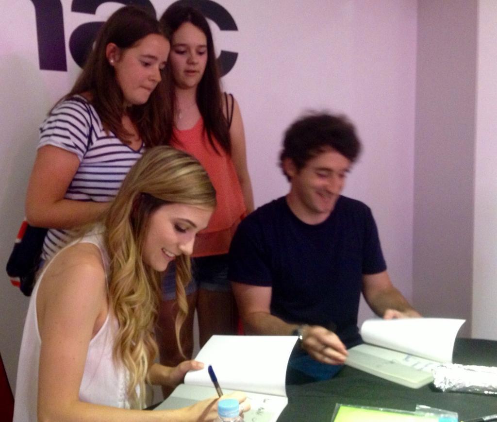 .@LuzuVlogs y @LanasTwittah no tienen ni un minuto de descanso en la firma de libros