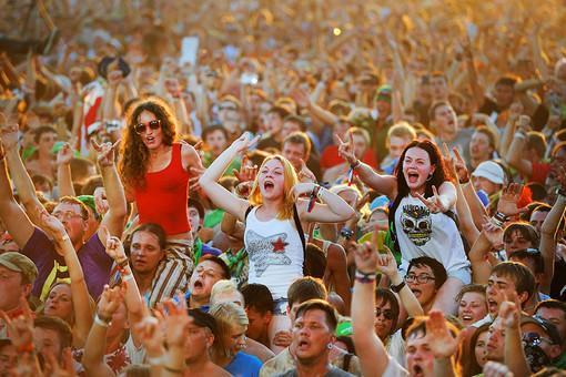 ...новые песни к каждому государственному празднику, а также строгий контроль программы на...