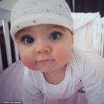 الطفلة التي اثارت ضجة في الفيسبوك بسبب جمالها وطول رموشها اسمها Egypt عمرها 8شهور ولديها ملايين المعجبين في الفيسبوك http://t.co/CX0doTGABb
