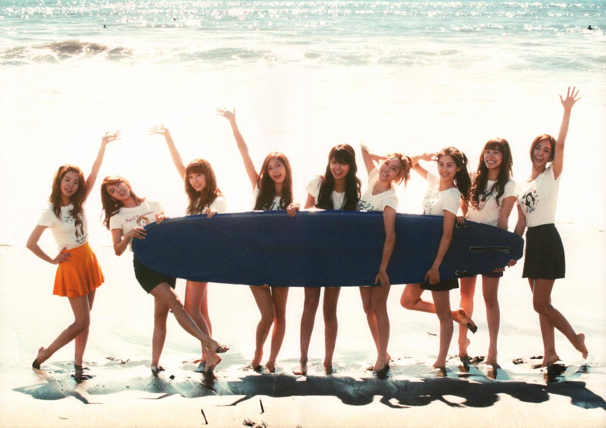 #Queens don't hold surfboards, they sit on them. #SNSDisBack 2010 vs 2015! http://t.co/O7LGPOgCFJ