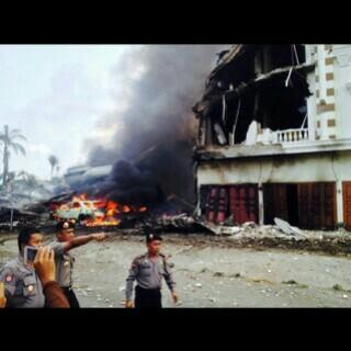 BREAKING: Military plane crashes in residential area in Indonesia  http://t.co/wmdtoQnQFu