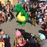 Lobbyists-in-training shake their booties at #Almedalen w/ @sweden version of Barney #AlmedalenENG #bolibompa http://t.co/GDLN7bBdle