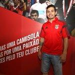 """O futsalista Bruno Coelho renovou com o SL Benfica até 2017: """"Retribuir carinho com títulos"""" http://t.co/YaikumuBW3 http://t.co/346MNs7SDl"""