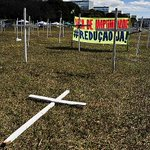 Votação da PEC da Maioridade Penal reúne manifestantes em frente ao Congresso. http://t.co/liHR62PJyG http://t.co/WSH0pBT5jT