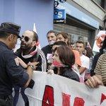 La policía evita que los manifestantes contra la ley mordaza se acerquen a Feijoo en A Coruña http://t.co/tnjPfg47Xx http://t.co/l2t2mrMjFs
