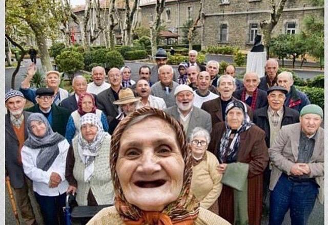 عجوز تلتقط سيلفي مع صديقاتها وأصدقائها في دار للمسنين بتركيا .. جمال الروح لا يعرف عمراً! http://t.co/zlg1VfwSBS