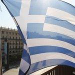 El tonto de la bandera de la II República ejerce en estos días como el Tonto de la Bandera de Grecia. http://t.co/Dg8jd8Wfe0