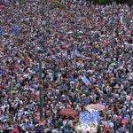 Miles de personas desafían a la lluvia y salen a la calle en Grecia a favor de Europa http://t.co/NgQjnKx9X6 http://t.co/h7TFgx3O7O