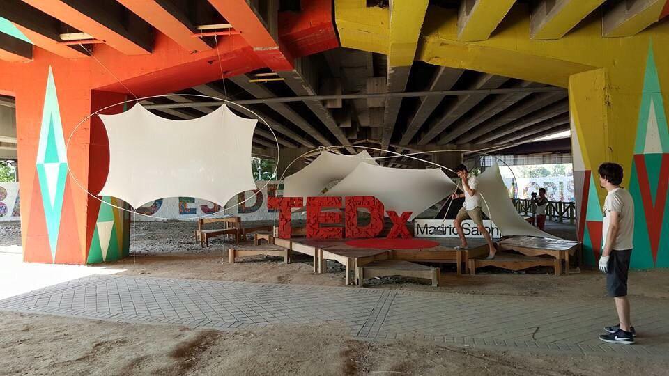 Impacientes ante el #TEDxMadridSalon del Puente de Colores de San Cristóbal #Autobarrios Foto de @antonellabro :) http://t.co/KnnCGRGkgw