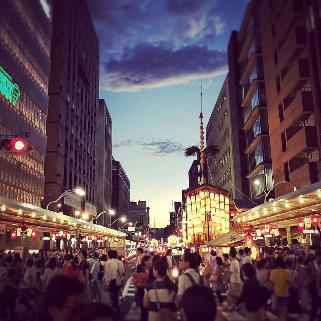 四条通り、長刀鉾。奥に、函谷鉾、月鉾。  #京都 #kyoto http://t.co/qj8kFZVC7X