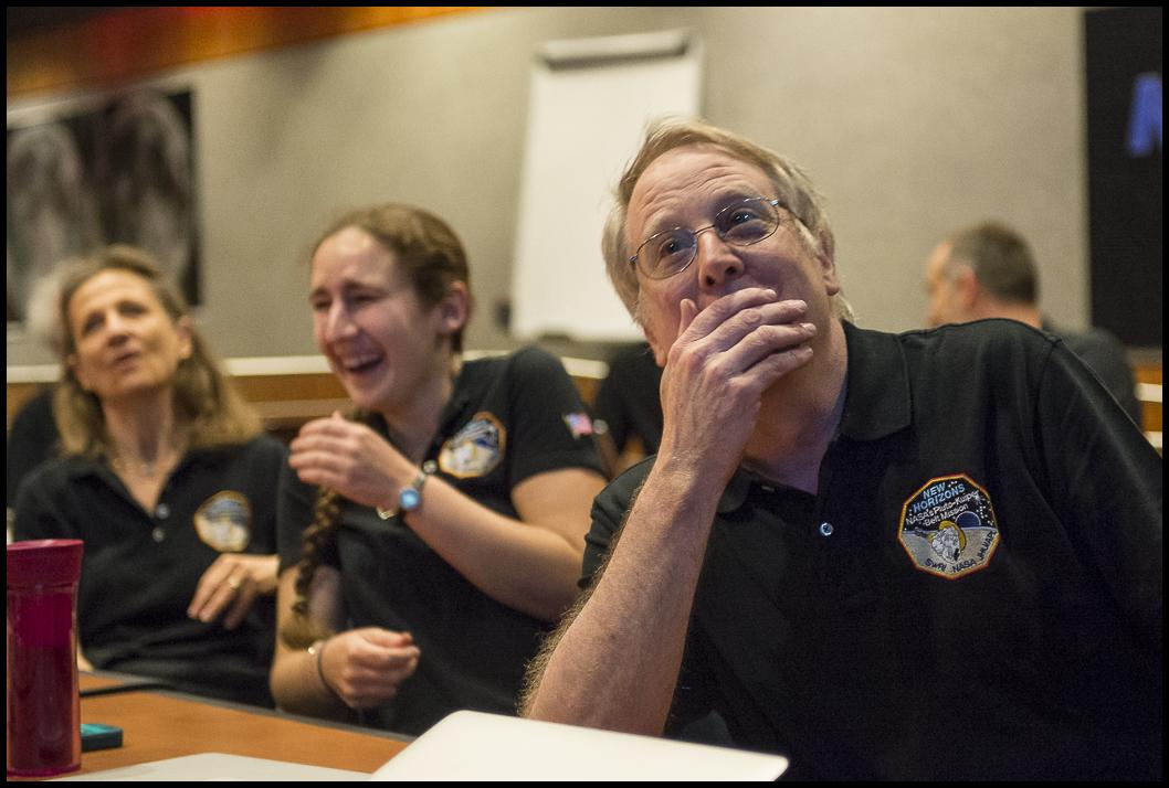 The @NASANewHorizons #PlutoFlyby team view last image before the flyby of Pluto http://t.co/pNGTMfmCyx http://t.co/TiLk18HhDH