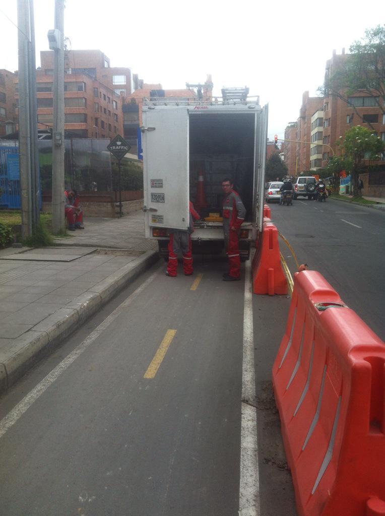 Triste que @ClaroColombia se preste para estos abusos. Carro parqueado en pleno bicicarril. No hay excusa! http://t.co/6zg4TtjMPw