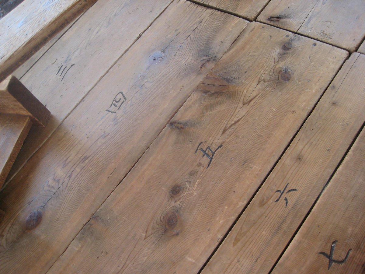 これも長刀鉾の写真。普段はバラバラにしてある木組みを祇園祭の時だけ組み立てる。長刀鉾の場合は3日で組み立て、解体は1日。全ての木にこのように番号がついているのだそうです。 http://t.co/ciGMvu3WUz