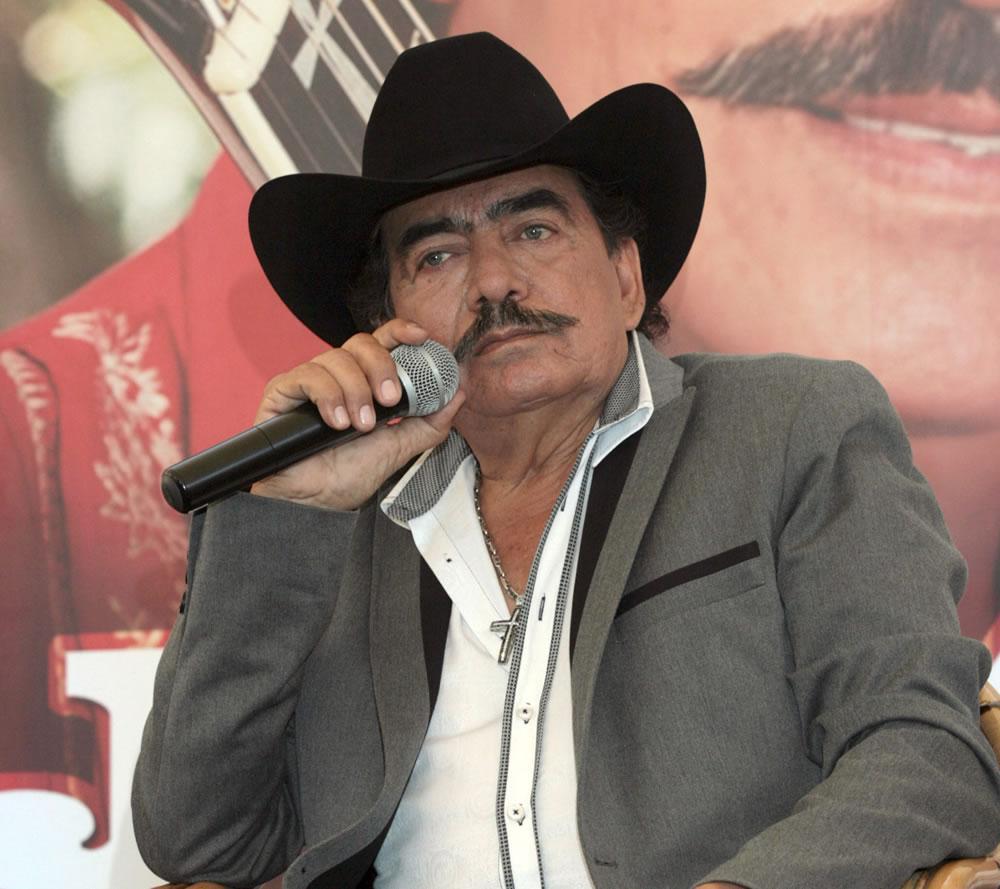 Fallece cantante mexicano #JoanSebastian: muere a los 64 años por cáncer en los huesos, que padecía desde 1999. http://t.co/ZgxJApiUaX