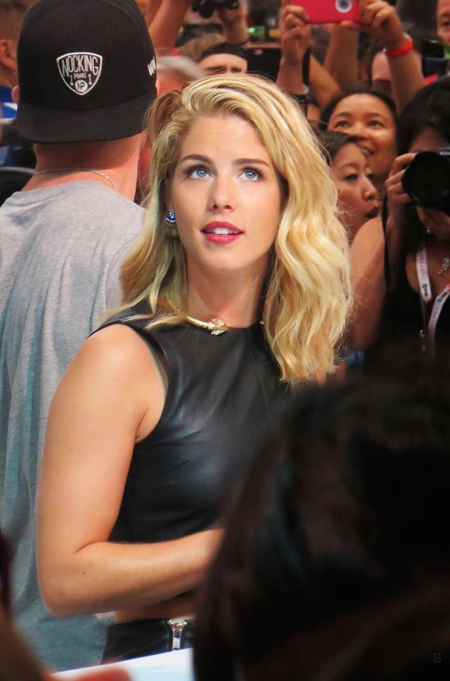 Emily is absolutely breathtaking in this photo. #Olicity #Arrow http://t.co/jEhWJzDtKW