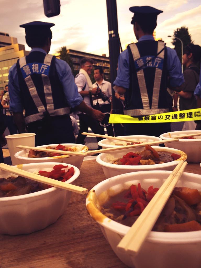 国会前の炊き出しは山谷からのもの。ふだんは共同炊事として、じぶんたちのために作っている飯を、今日は抗議行動に集まる人たちのために振る舞った。何も持ってない人たちからの、ささやかな連帯の呼びかけ。それに応えようとするのを、妨げる奴ら。 http://t.co/0xwXi8f00v
