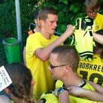 Sven #Bender gibt nach dem #BVB-Spiel in #Rhede Autogramme. http://t.co/MgipsJBZqW