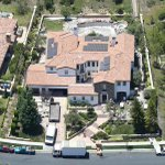Kylie Jenner is 17 and this is her house. Im here thinking if I can afford to go for pints tonight. http://t.co/hA8uCW2f3I