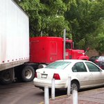 Caos vial en Capitán Caldera; tráiler obstruye el paso vehicular http://t.co/AjUM4PcdCT #SLP #VialidadSLP http://t.co/47NRg7B5BX