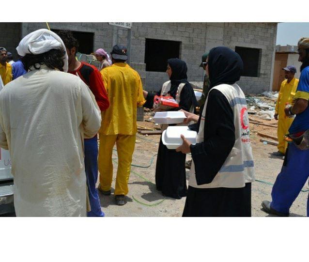 تطوّع مع الهلال الأحمر الإماراتي وساعد في توزيع وجبات الإفطار للأسر المتعففة والمحتاجة. http://t.co/7BDtq03sTm
