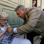 El resumen de lo que se está viviendo en Grecia en esta imagen. La angustia de la anciana y el director del banco. http://t.co/qbGBtdbKr1