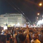 Sale Tsipras. Todo Syntagma le recibe al grito de OXI, OXI, OXI. Esto se cae. http://t.co/6YNvSksU6c