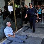 Jubilado griego llorando en la puerta de un banco ¿Votamos a @ahorapodemos y @Pablo_Iglesias_? Yo @marianorajoy http://t.co/4neT9m1umb