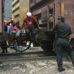 """Falsos policías de #Veracruz asaltan a migrantes en """"La Bestia"""" http://t.co/CozbLHbQZL @padresolalinde @monerorape http://t.co/2dj8RYeruu"""