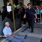 Grecia, ante una decisión crucial http://t.co/YXvOLsbMUe Los bancos podrían quedarse sin efectivo el lunes http://t.co/yeS91TBFZ7