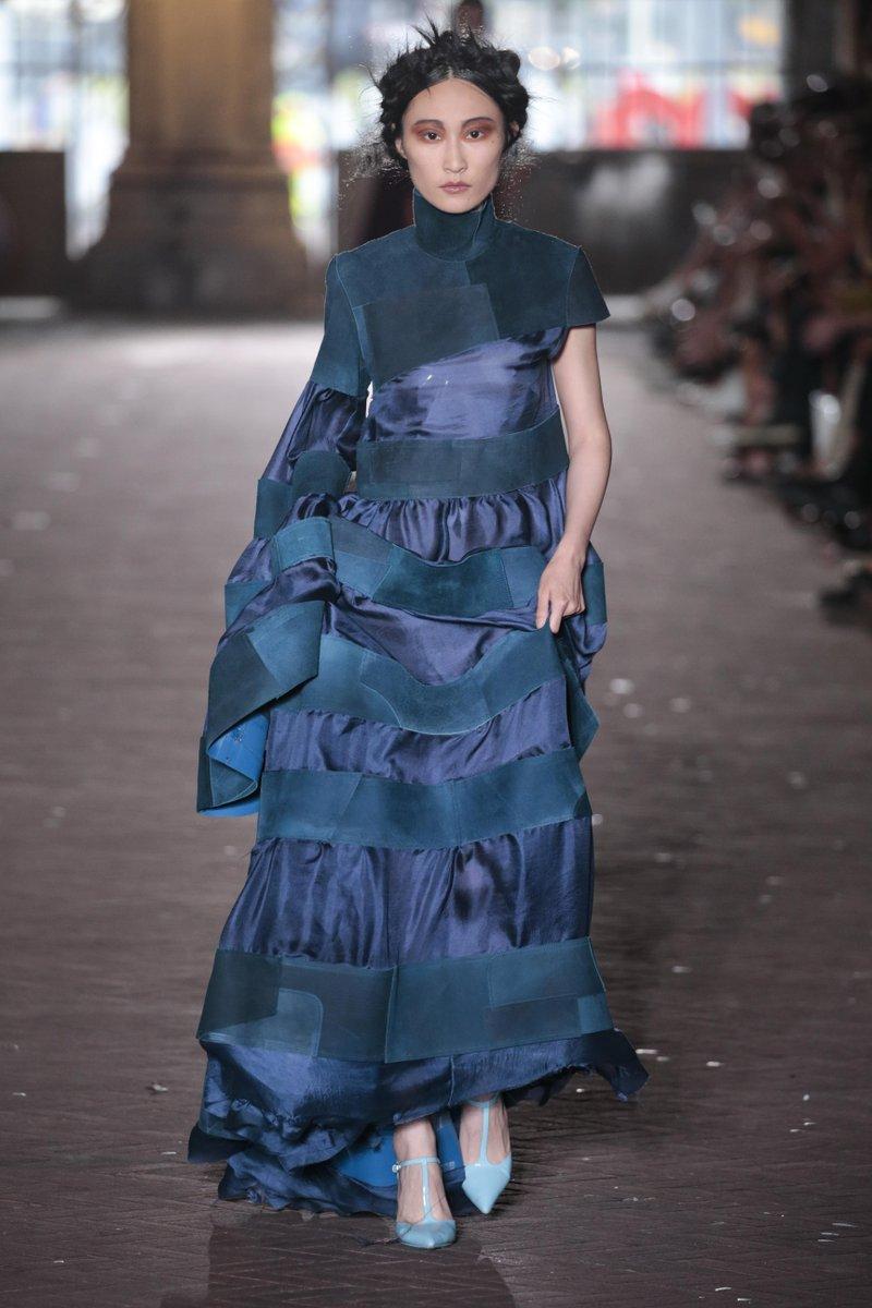 In de stof van deze jurk zijn blauwe leren KLM headrestcovers verwerkt. Uniek!