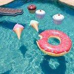 Jaimerai trop avoir une piscine comme ça et mettre ce genre de bouées ???????? http://t.co/AP1uSZm56g