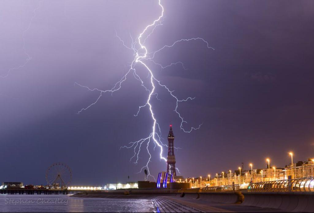Amazing pictures of last night's storm in Blackpool by @Stephencheatley http://t.co/NYlcb179kI
