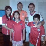 Rodrigo Araya legenda Persma Manado yg asal Chile bersama keluarga(Isteri orang Manado) berfoto dgn @kingarturo23 http://t.co/PIaAOoBftA