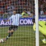 El fútbol es un hermoso deporte de 22 jugadores donde siempre define mal Higuaín. http://t.co/ujvnZYPOAI
