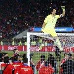 Claudio Bravo: El título va dedicado a todos los chilenos #Chile http://t.co/1ZDV2NP1tb http://t.co/5My8jkojyQ
