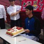 今日7月5日は日本ハム・大谷翔平選手の21歳の誕生日。大谷選手が応援大使を務める北海道浦河町から、ケーキの差し入れがありました。2種類のチーズを使った「二刀流ケーキ」に、「おいしいです」と笑顔を見せていました。#すぽると http://t.co/bYC6ZRfsL0