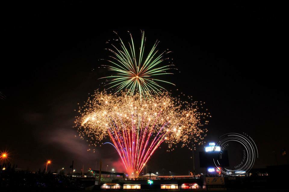 @StPaulSaints @SaintPaul my fav shot of tonight's fireworks. #visitstpaul #4thofJuly http://t.co/EsRDVpqlYA