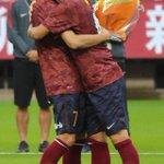 試合後のセレモニーで、最後のメッセージを贈ってくれた大岩コーチで抱き合うイバさん。男の友情です。#encore0705 #kashima #antlers http://t.co/L5B3218i2r