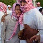 #صور_مؤثرة ???? أبناء #الشهيد_عوض_المالكي يبكون على فراق والدهم خلال مراسم تشييع ودفن الشهيد رحمه الله صباح اليوم . - http://t.co/RmiEVEtRm2