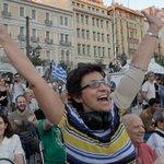 В центре Афин собираются люди, чтобы отпраздновать итоги референдума. http://t.co/oVIf6HsHX8 http://t.co/4eAEYxEJFl