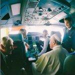 El papa Francisco en la cabina de mando del avión de Alitalia, rumbo a Ecuador #FranciscoenEC /andes http://t.co/Mir4xNYuvL