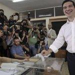 #Eleccion2015 Alexis Tsipras votando en un colegio electoral de Atenas para el referéndum sobre la Troika. http://t.co/0gotA8r1Wk