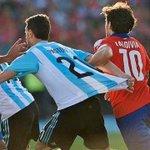 Pastore, tomado por Valdivia, se tiró al máximo su propia camiseta para engañar al árbitro con y ganar penal http://t.co/ufbCy371zF