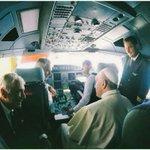 RT @AviacionGYE: #PapaFrancisco visita la cabina del A330 de #Alitalia que lo trae a #Ecuador. http://t.co/2fOOqNLucE #FranciscoEnEcuador